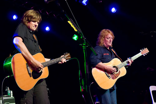 L to R: Amy Ray, Emily Saliers - Photo © Manuel Nauta