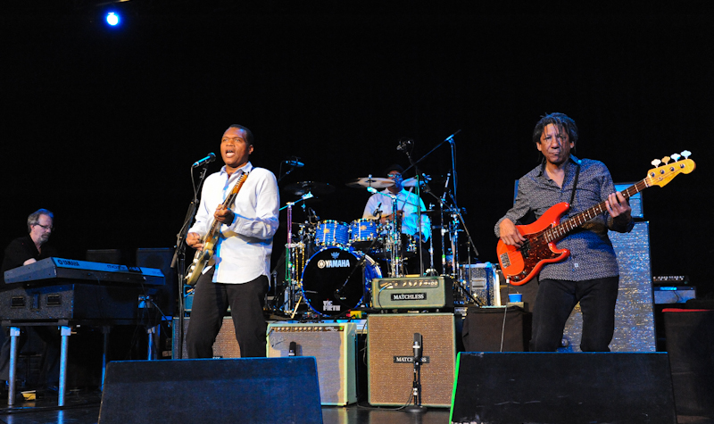 Robert Cray (L) April 13, 2014 in San Antonio, Texas. © Manuel Nauta
