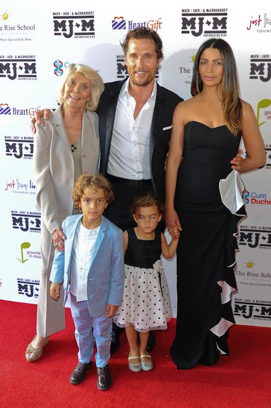 (L - R) Kay McConaughey, Levi McConaughey, Matthew McConaughey, Vida McConaughey and Camila Alves  / Photo © Manuel Nauta