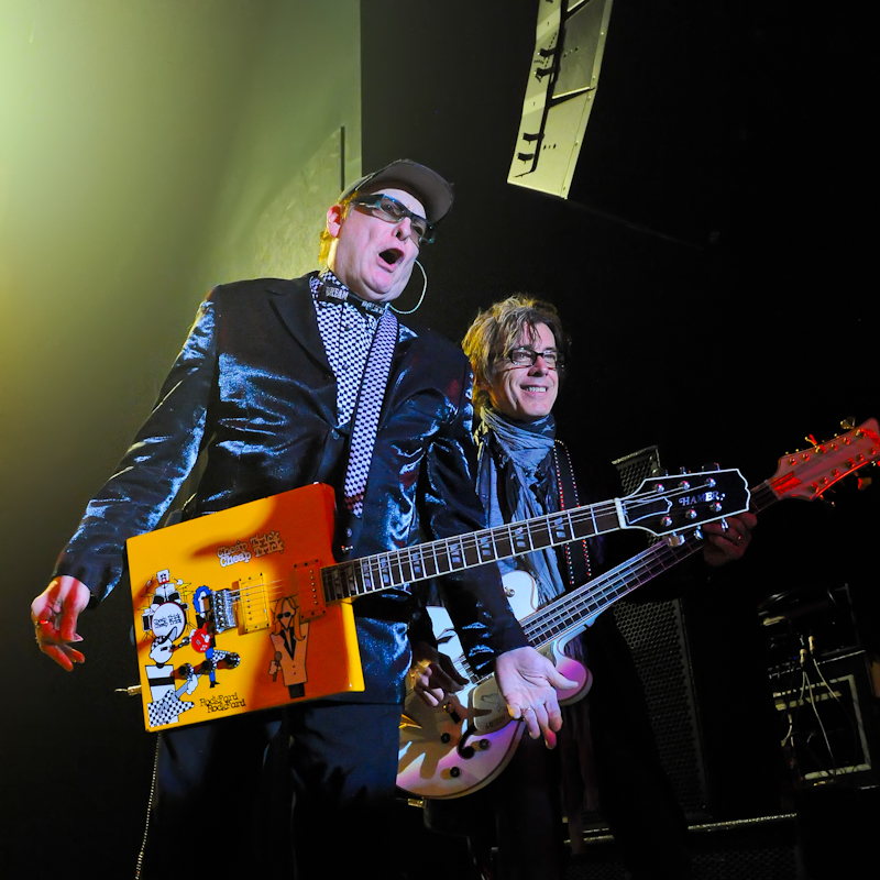 Rick Nielsen (L) and Tom Petersson perform with Cheap Trick in Austin / Photo © Manuel Nauta