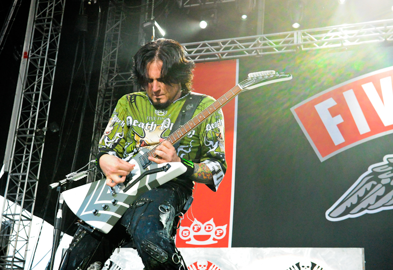Jason Hook with Five Finger Death Punch  / Photo © Manuel Nauta