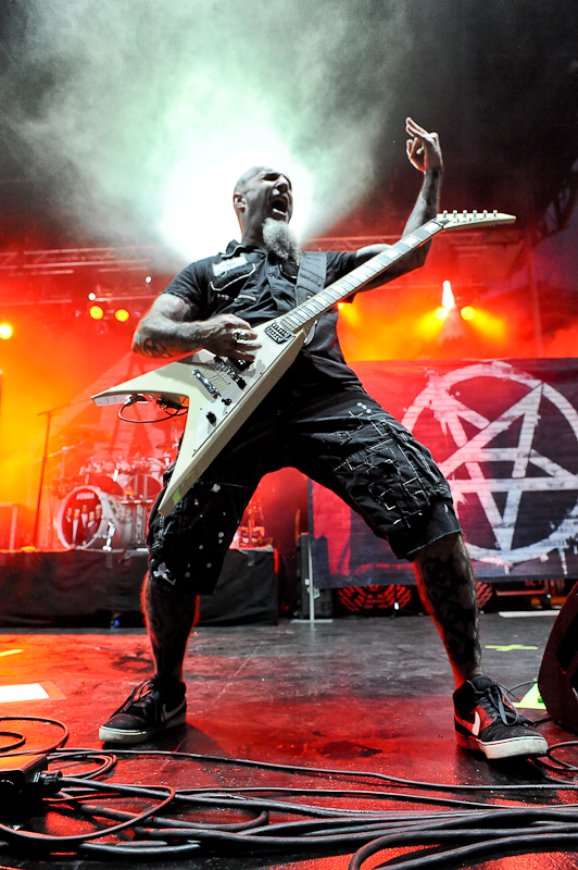 Scott Ian of Anthrax performs onstage during River City Rockfest at the AT&T Center on May 24, 2015 in San Antonio, Texas. Photo © Manuel Nauta
